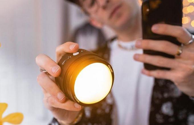 Chcesz robić lepsze zdjęcia smartfonem? Kup lampę błyskową -