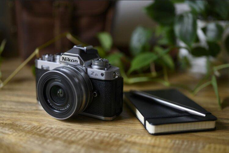 Bezlusterkowiec Nikon Z fc, czyli powrót do korzeni -
